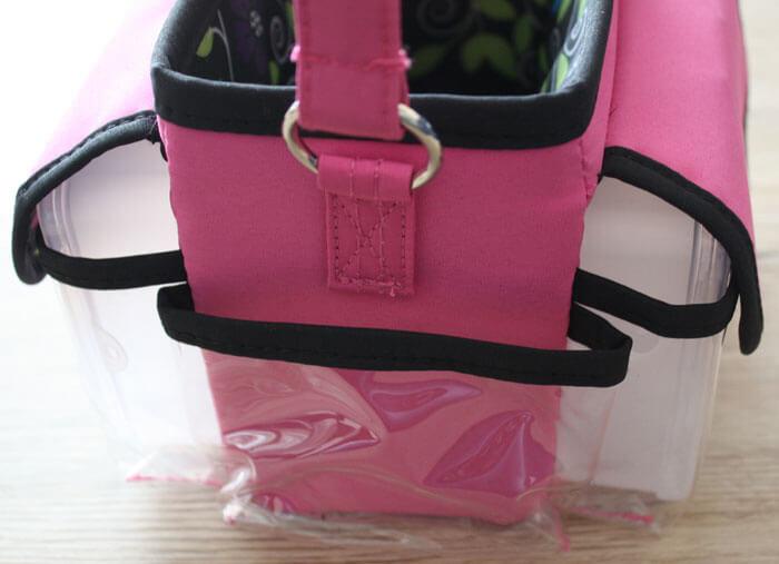 Die Basteltasche hat vier transparente Seitentaschen.
