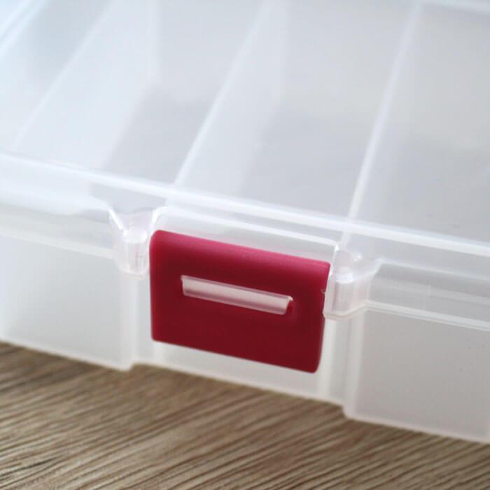 Mit einer stabilen Klappe kannst Du die Sortierbox der Basteltasche verschließen.