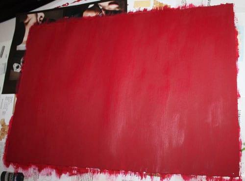 mit Acrylfarbe bemalter Pappschachtelkarton - trocknen lassen