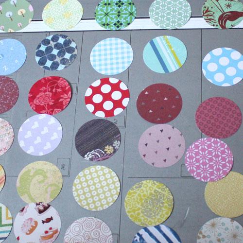 Stanze viele Kreise aus gemustertem Papier mit dem Kreisstanzer aus