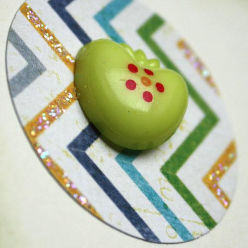 Glitterglue und Knopf Erdbeere (grün) für die DIY Collage