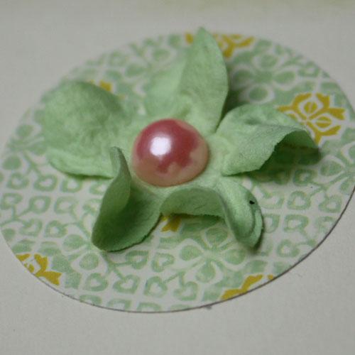 Papierblume aus Maulbeerpapier mit Klebeperle für die DIY Collage