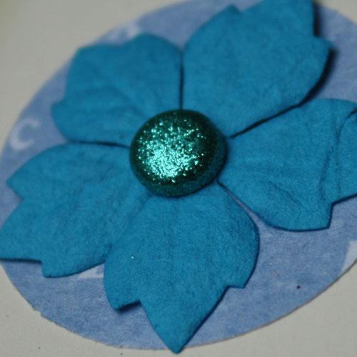Papierblume Blau aus Maulbeerpapier mit Glitterbrad für die DIY Collage